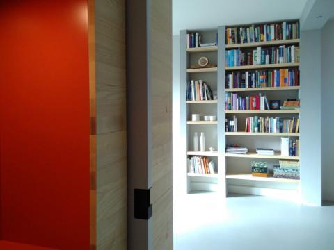Dit jaren vijftig appartement in Hilversum is verbouwd tot loftachtige ruimte. Bij binnenkomst valt meteen op hoe licht het is. De oorspronkelijke kamertjes-verdeling heeft plaats gemaakt voor een open ruimte - waar mogelijk - en doorkijkjes waar het kon. Veel bergruimte, heldere zichtlijnen en speelse details.
